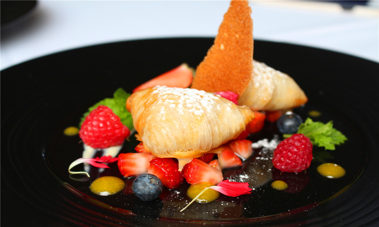 """Sfolgliatine'aragosta"" con fragole e salsa vaniglia Puff pastry  ""Sfolgliatine"" with strawberries  and vanilla sauce"